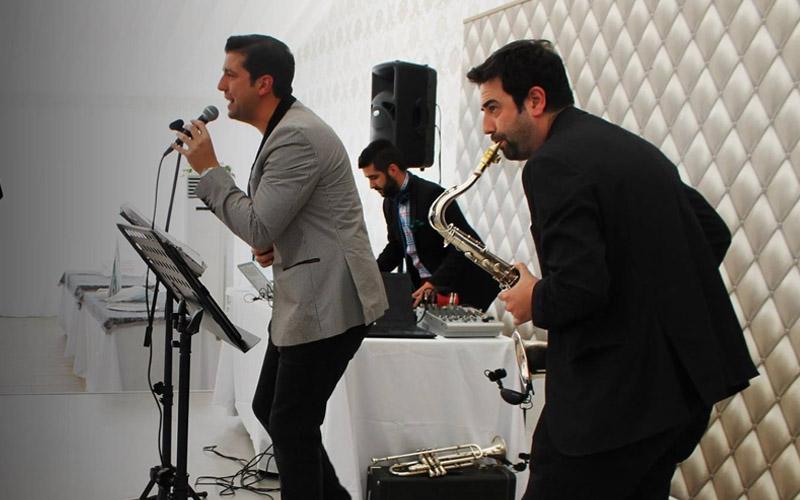 saxofón trompeta cantante