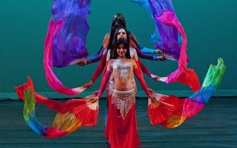 Danza oriental con abanicos