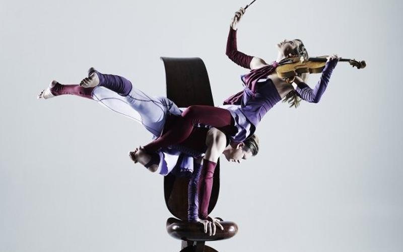 violinistas, acróbatas